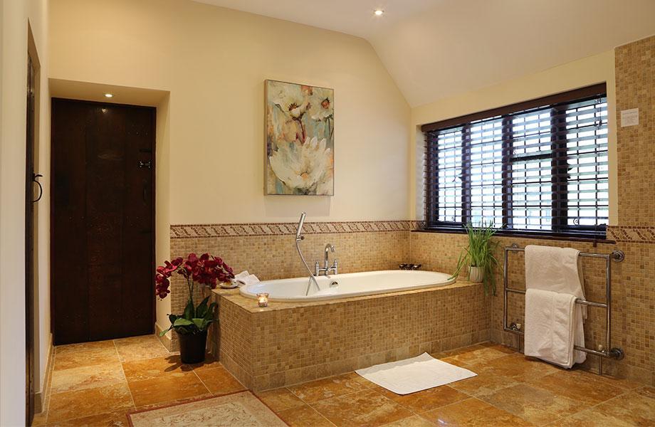 Elizabethan suite bath