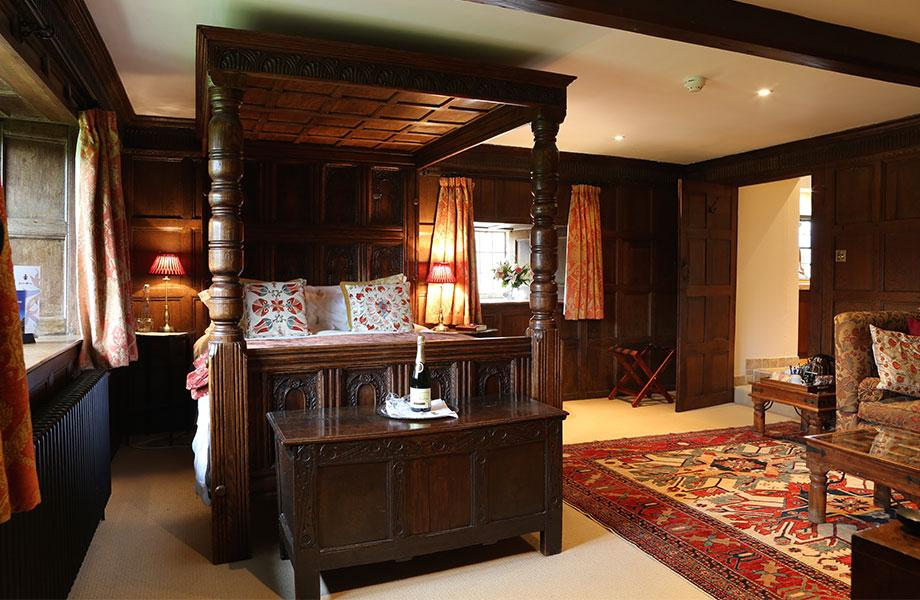 Elizabethan suite bed and doorway